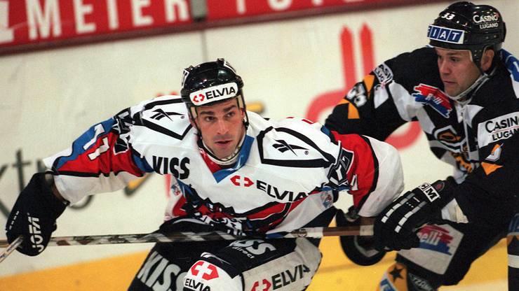13. November 1997: Luganos Tommy Sjödin (r.) verfolgt ZSC-Spieler Axel Heim.