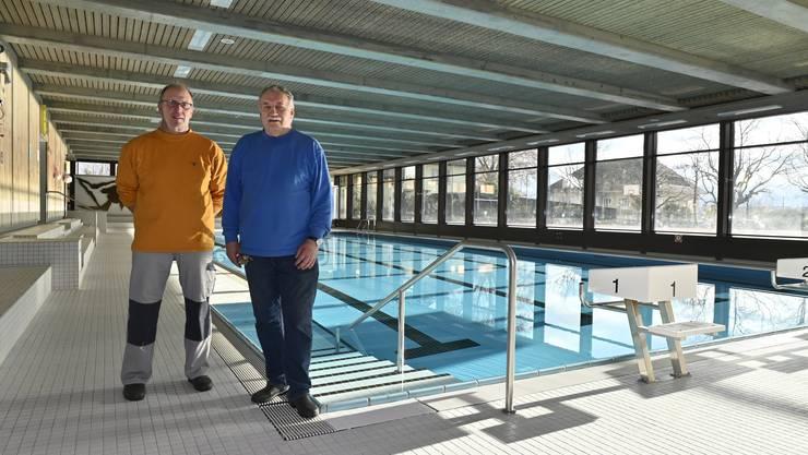 Thomas Staufer (links) und Rolf Keller betreuen die Schwimmhalle.