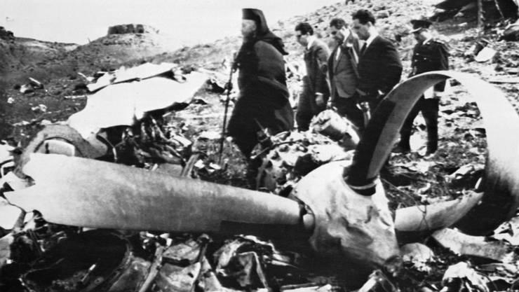 Am Tag danach: Der zyprische Staatschef Erzbischof Makarios III zwischen den Trümmern. Bis heute gilt der Absturz der Basler Globe-Air-Maschine 1967 als das schwerwiegenste Flugzeugunglück auf Zypern.