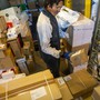 Damit die Hygienemassnahmen des Bundes eingehalten werden können, darf die Zahl der Mitarbeiter in den Paketzentren nicht erhöht werden.
