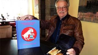 Mit einem Fasnachts-Fotobuch und einer Kollektion seiner selbst gefertigten Schreibgeräte: Werner Ifrid, Hoffotograf des Wohler Ehrenkammerers. WALTER CHRISTEN