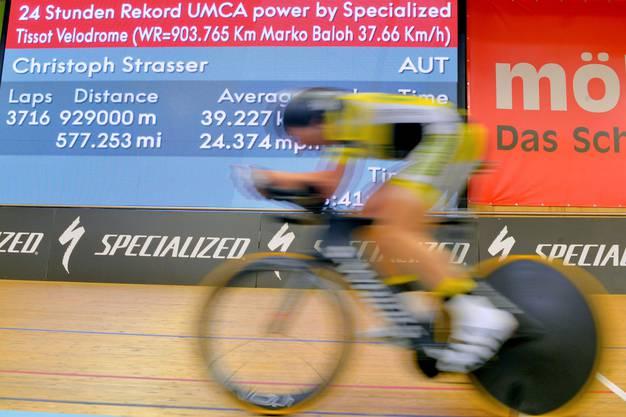 Christoph Strasser auf seinen letzten Runden im Velodrome, als der Rekord bereits vollbracht war.