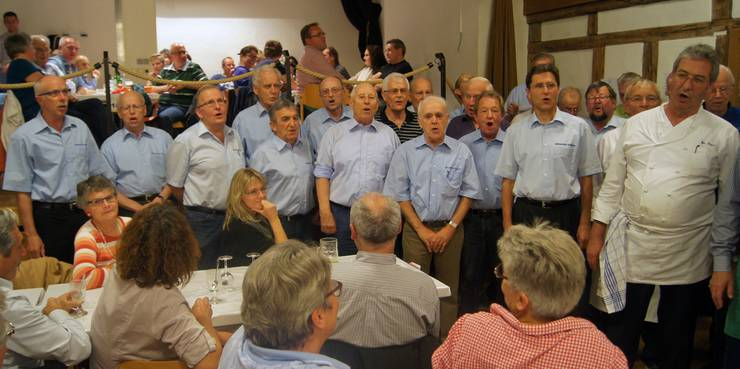Der Männerchor erfreut die Gäste mit paar Lieder