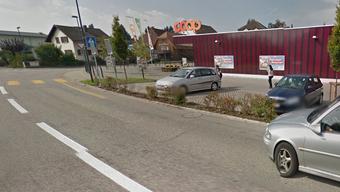 Die Polizei sucht insbesondere zwei Fussgänger, welche auf dem Trottoir der Oekingerstrasse Richtung Coop unterwegs waren. (Symbolbild)