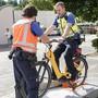 Ein Polizist gibt Vollgas, um zu prüfen, ob das E-Bike schneller fährt als erlaubt.