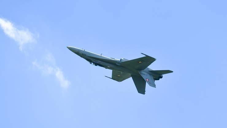 Training F/A 18 Hornet Solo Display über dem Flughafen Grenchen fürs Heliweekend