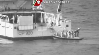 Ein Schiff der italienischen Küstenwache bei der Insel Lampedusa sucht mit Beibooten nach Überlebenden des Flüchtlingsdramas.