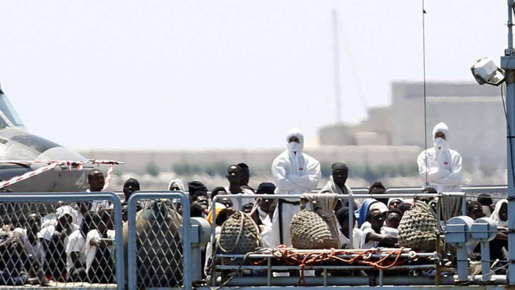 Die Hilfsorganisation SOS Méditerranée hatte die Migranten mit der von ihr gecharterten «Aquarius» ursprünglich aus Seenot gerettet. Danach wurde das Schiff von Italien und Malta abgewiesen. Verteilt auf insgesamt drei Schiffe kamen die Flüchtlinge nun am Sonntag in der spanischen Stadt Valencia an.