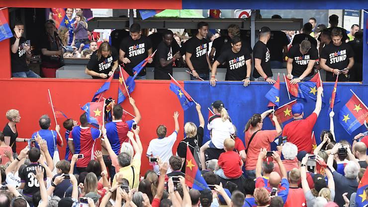Die Mannschaft des FC Basel feiert den 20. Meistertitel mit einem Umzug durch die Innerstadt von Basel.