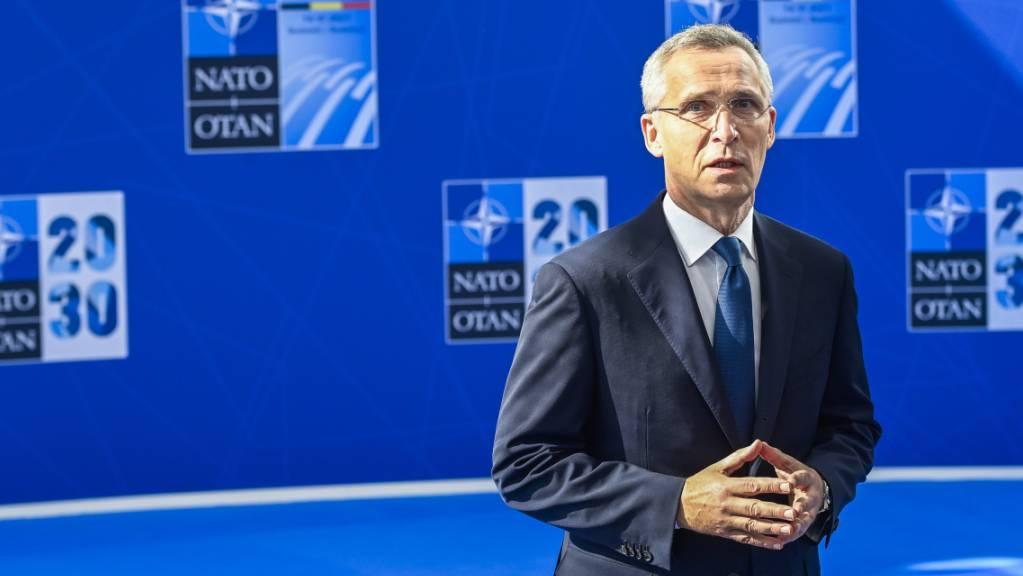 Nato-Generalsekretär Jens Stoltenberg spricht im Nato-Hauptquartier in Brüssel mit Journalisten.