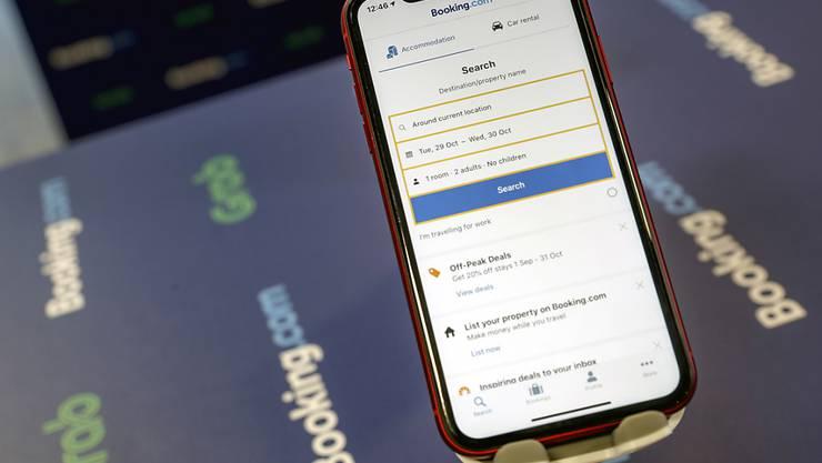FImmer mehr Schweizer buchen ihre Ferien mit dem Handy. Zum Beispiel über Booking.com. (Archivbild)