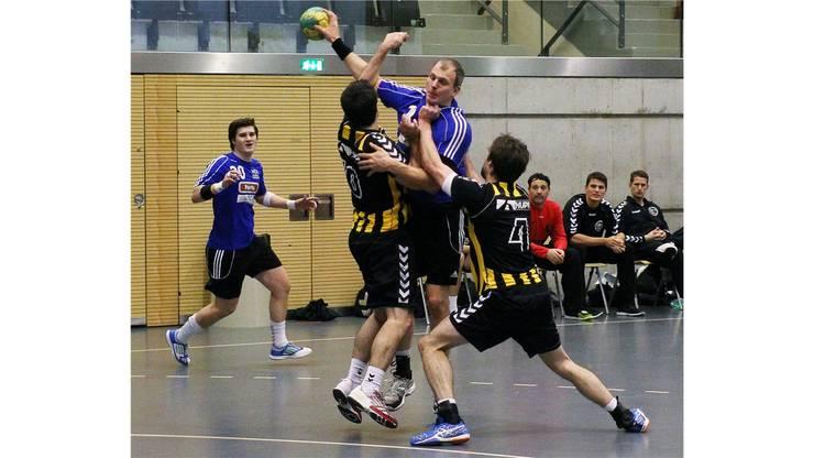 Daniel Gehrig (10) und Severin Ganz  (Tigers) blocken den Schuss von Daniel Imhof (Dietikon).