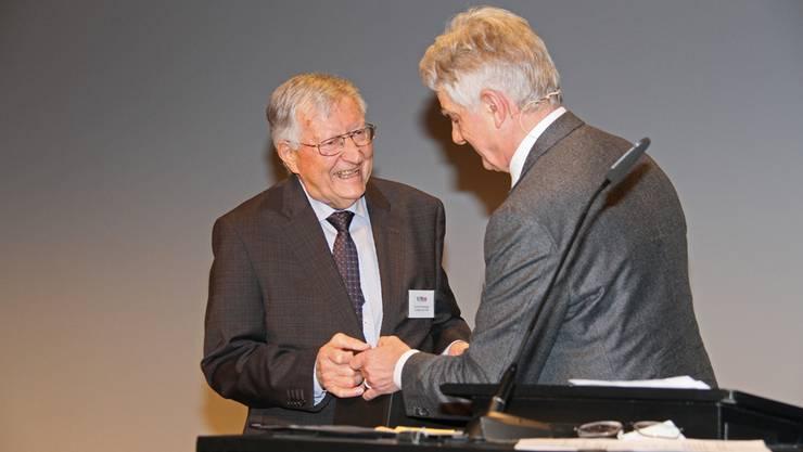 Präsident Willi Steffen dankt dem zurücktretenden Ruedi Eichenberger