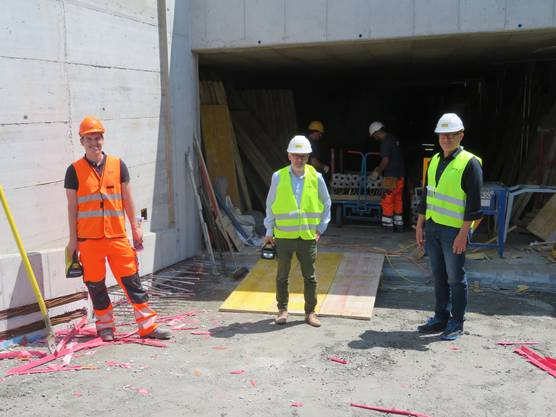 Chefbauleiter Thomas Hofer, Stefan Leuenberger (Bereichsleiter Bau der Gemeinde Wohlen) und Ammann Arsène Perroud (von links) auf der Rampe der Tiefgarage.