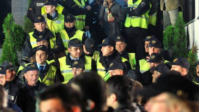Polizeikräfte blockieren den Eingang zum Fernsehsender A1 in Skopje