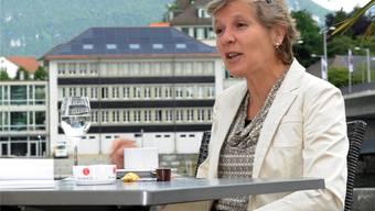 Brigit Wyss (Grüne, Solothurn) ist Kantons- und Gemeinderätin. Im Hintergrund das mit einer Photovoltaik-Anlage bestückte Dach der Regio Energie Solothurn.