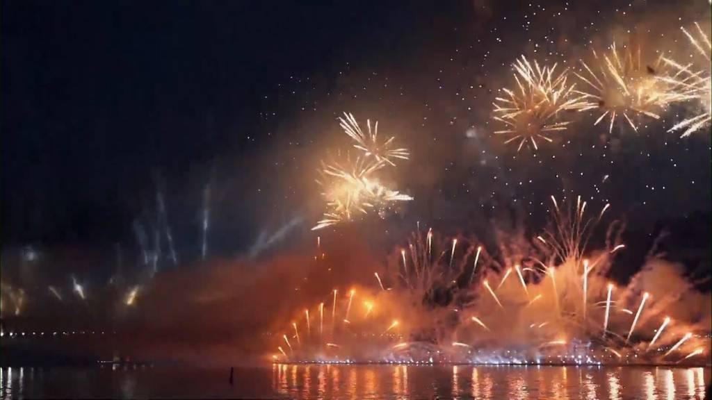 Spektakuläres Feuerwerk zum Ende des Schuljahres