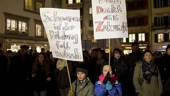 """""""Foll valsch"""": An der Demonstration gegen Sparmassnahmen in Luzern wehren sich auch Kinder gegen Abbau bei der Bildung."""