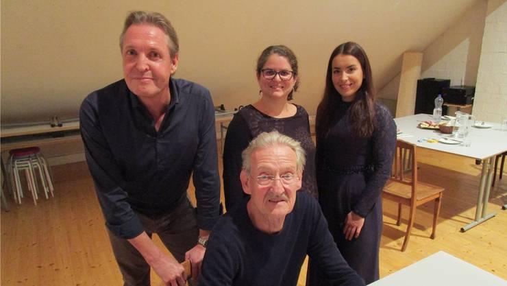 Erik Nolmans, Murielle Kälin und Natalia Dauer (hinten von links) mit Christian Haller am Lesetisch. Bild: Peter Schütz