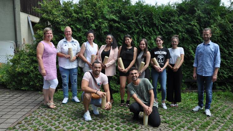 Lehrlingsehrung mit dem Co-Präsidium Nicole Grütter (ganz links) und Björn Sonderegger (ganz rechts