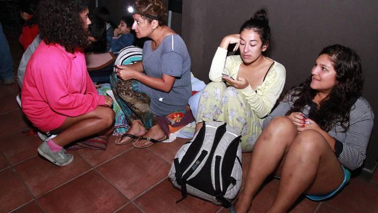 Bewohner warten auf die Evakuierung.