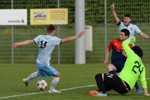 Dardanias Rrezag Jusaj (l.) Tor wurde wegen Offside vom Schiedsrichter Marc Mischler aberkannt.
