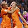 Die Siegtorschützin Jackie Groenen (rechts) freut sich mit Shanice van De Sanden