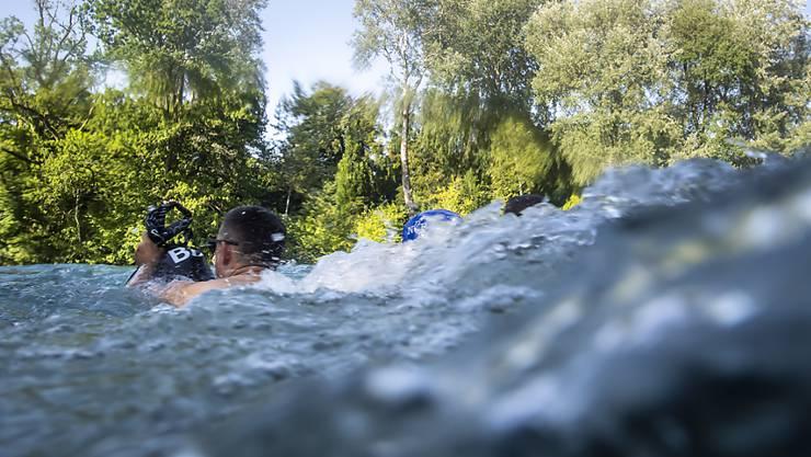 Ein Schwimmer am Donnerstag in der Aare in Bern.
