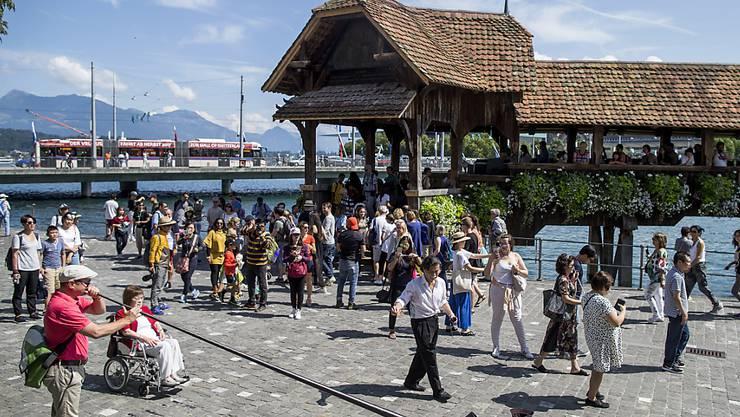 Der Kanton Luzern bleib bei den Unternehmenssteuern der Tiefststeuerkanton. (Symbolbild mit Kappelbrücke in Luzern)