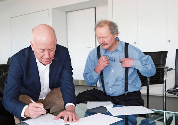 Rechts neben der bisherigen Überbauung sieht der Verein Haus zur Heimat ein Pflegezentrum mit 80 Betten vor. Stadtpräsident Martin Wey (links) und Sigmund Bachmann, Vertreter der Arealbesitzerin, unterschreiben die Vereinbarung.