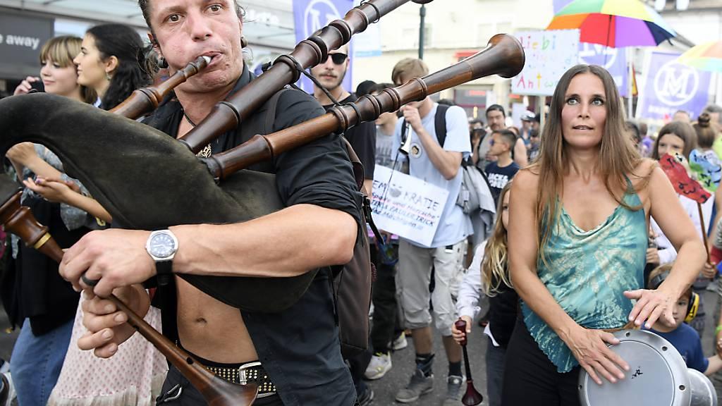 Rund dreitausend Massnahmen-Gegner demonstrieren in Uster