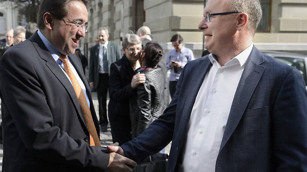 Die Waadtländer Staatsräte Pascal Broulis (FDP, links im Bild) und Pierre-Yves Maillard (SP) freuten sich nach der deutlichen Annahme der Unternehmenssteuerreform III.