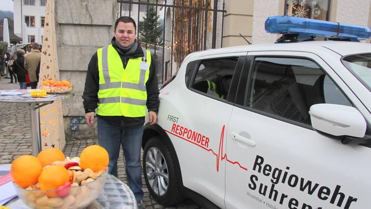 David Rickenbach neben dem neuen Auto der Regiowehr Suhrental. wpo