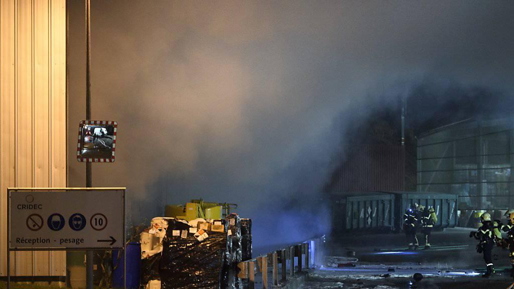 Wegen des Brandes in einem auf die Entsorgung von Sondermüll spezialisierten Unternehmen in der Waadt rückte die Feuerwehr mit einem Grossaufgebot aus.