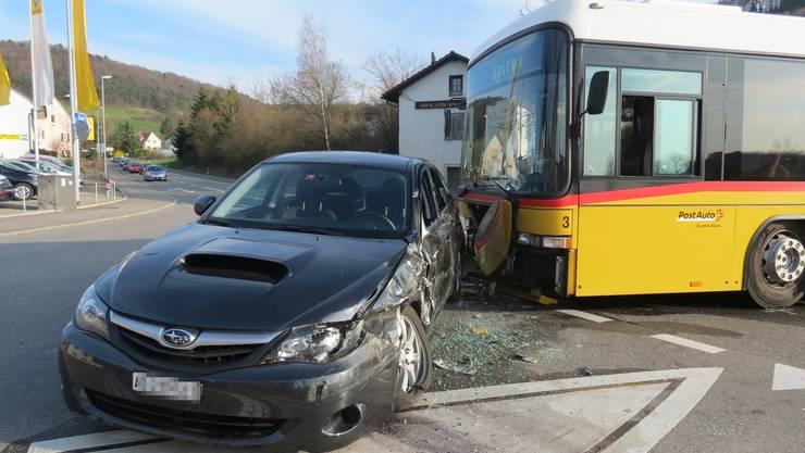Der Chauffeur des Postautos und die Fahrgäste kommen mit dem Schrecken davon, der Sachschaden liegt bei rund 40'000 Franken.