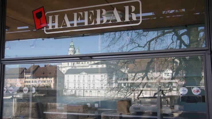 Diese Glaswand trennt auf unbestimmte Zeit Solothurn von seiner abendlichen Strandparty am Meer.