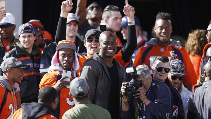 Denver Broncos outside linebacker Ware DeMarcus lächelt zufrieden.
