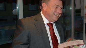 Herausforderer: Paul Huwiler, hier mit Torte nach seiner Wiederwahl in den Gemeinderat, möchte auch am 29. November jubeln. (fh)