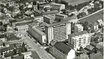 Das Grenchner Stadtzentrum mit dem Hochhaus Sorag, ca. 1954.