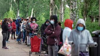 «Hungerschlange» in Madrid: Allein in der Hauptstadt stehen 100000 Spanier vor Armenspeisungen an.