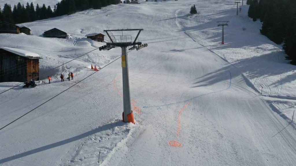 Im Skigebiet von Obersaxen GR ist am Mittwoch eine Skifahrerin nach einer Kollision mit einem Skifahrer ihren Verletzungen erlegen.