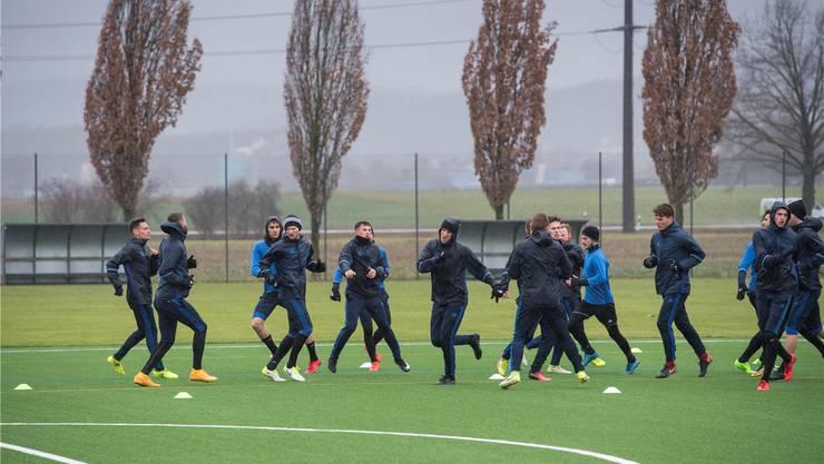 Mieses Wetter, miese Stimmung: Die Spieler des FC Wohlen müssen trainieren und sich gleichzeitig mit der Angst um die Zukunft der eigenen Existenz herumschlagen.
