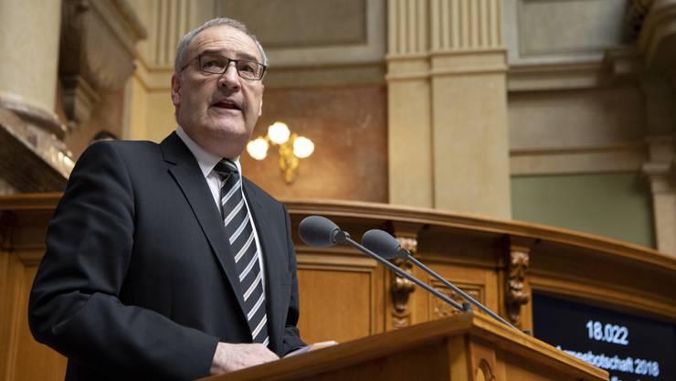 Verteidigungsminister Guy Parmelin ist einverstanden mit dem Kompromiss zum Schutzwesten-Kredit.