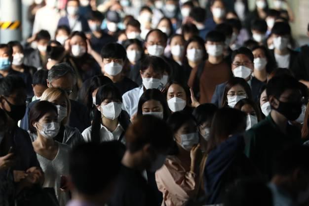 Die Masken sitzen: Regeln würden in Asien laut David Nabarro disziplinierter eingehalten.
