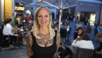 """Nicole Brack klagt über die Folgen der Zwei-Meter-Regel. In ihrer """"Walter""""-Bar in der Weiten Gasse stapeln sich die unbenutzen Stühle."""