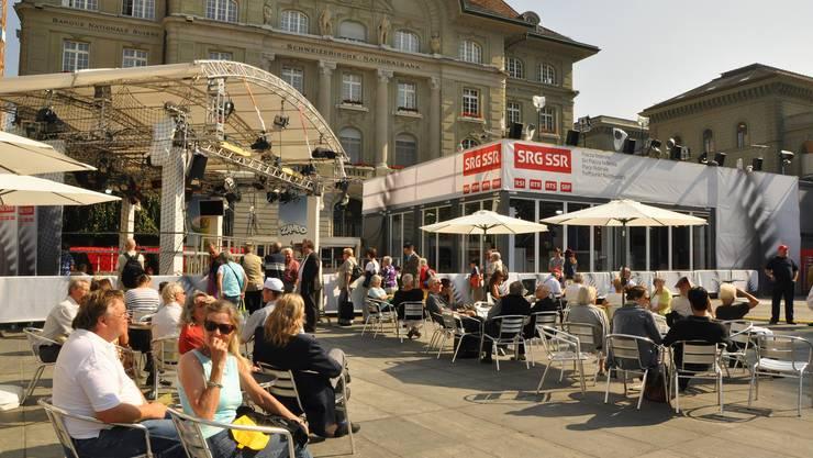 Besucher auf dem Bundesplatz geniessen die Sonne