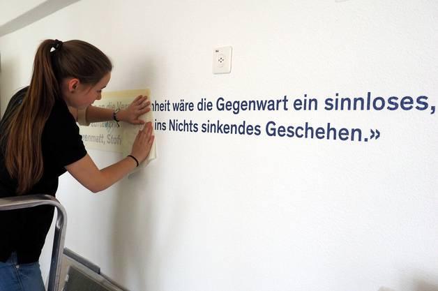 Schriftzüge werden an den Wänden angebracht