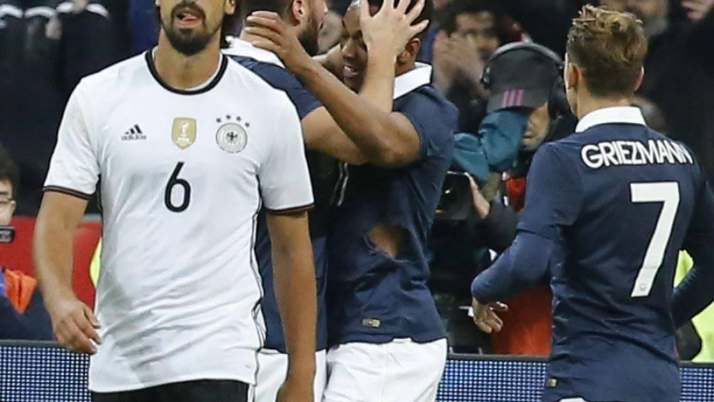 Deutschlands Sami Khedira mit gefasstem Blick, während sich hinten der Franzose Olivier Giroud mit Anthony Martial über den 1:0-Führungstreffer freut