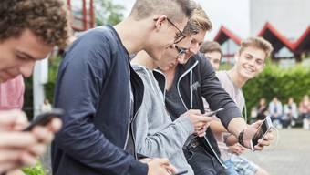 Jugendliche werden weiterhin mit Mitschülern und Lehrern chatten, auch wenn der oberste Schweizer Lehrer nichts davon hält.
