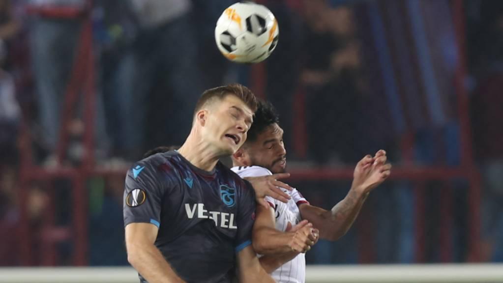 Eray Cömert (rechts) im Luftduell mit Trabzon-Stürmer Alexander Sörloth